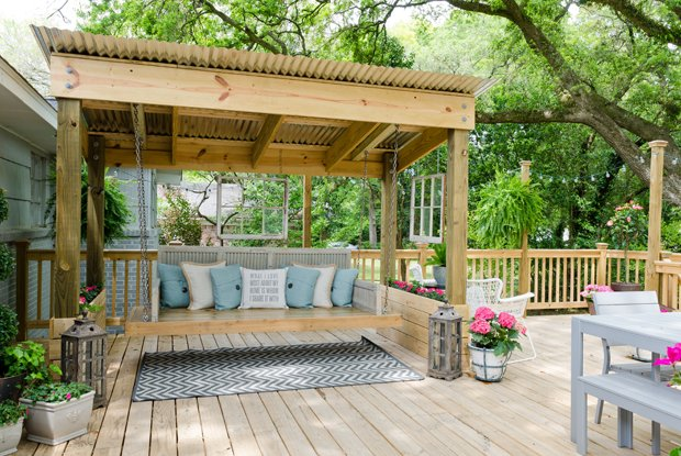 20 amazing backyard living outdoor spaces for Diy patio bed