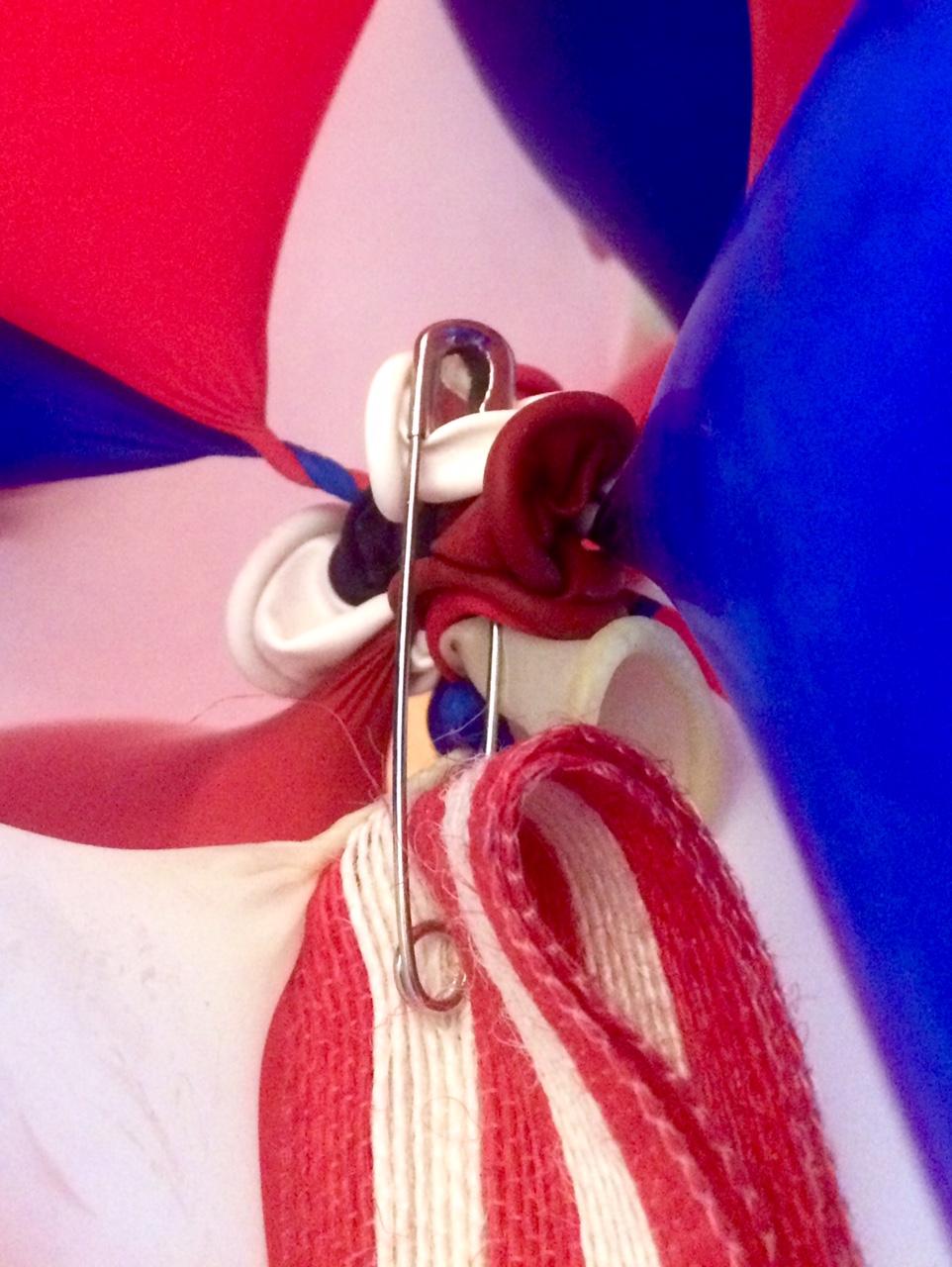 Balloon topiary ribbon attachment