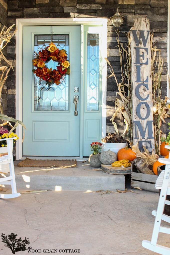 Click to find out her door color! It looks fantastic with traditional or non-traditional fall decor. Source: The Wood Grain Cottage