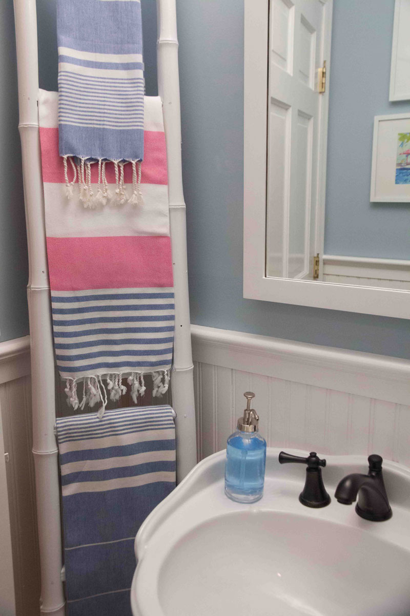 ladder-storage-small-bath-ideas