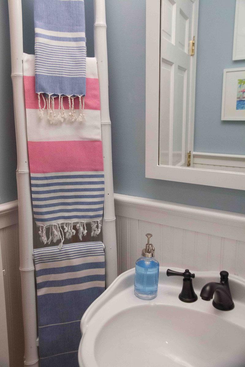 ladder-storage-small-bath-ideas