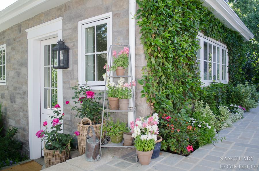 Unique Container Garden And Flower Arrangement Ideas For Your