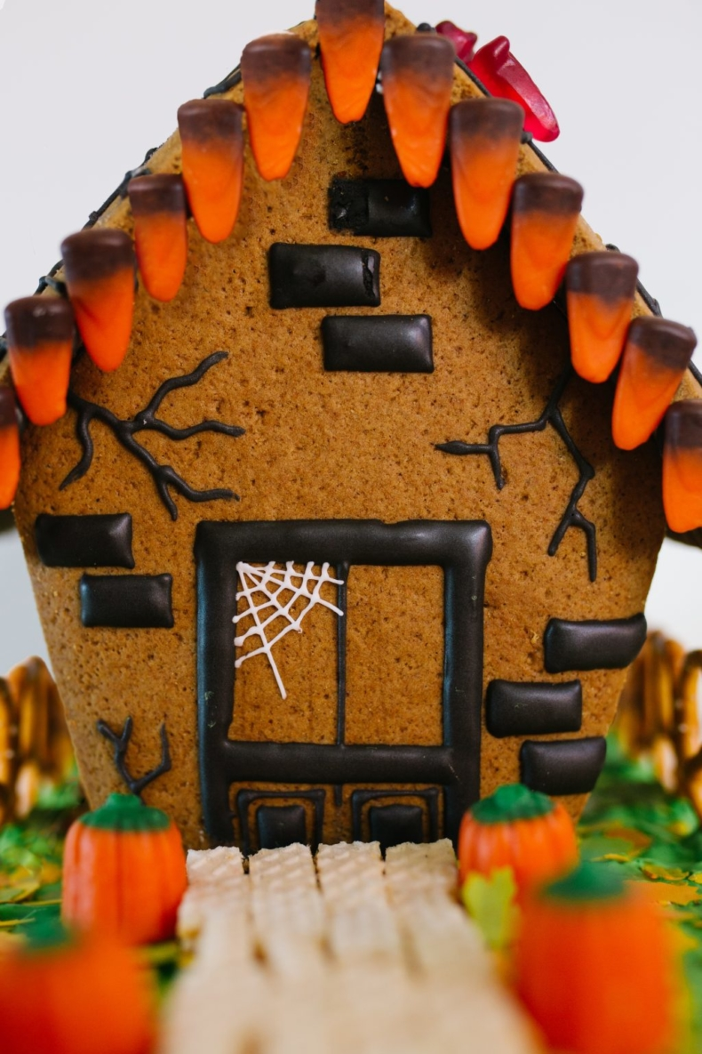 21 Halloween Treats - Haunted House Gingerbread House by Pretty Life Girls