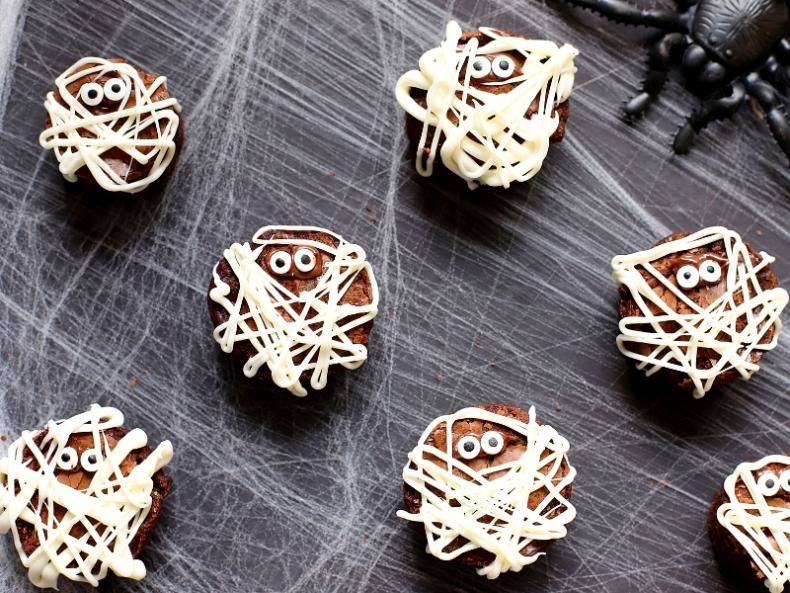 21 Halloween Treats - Mummy Brownie's by Suburban Simplicity