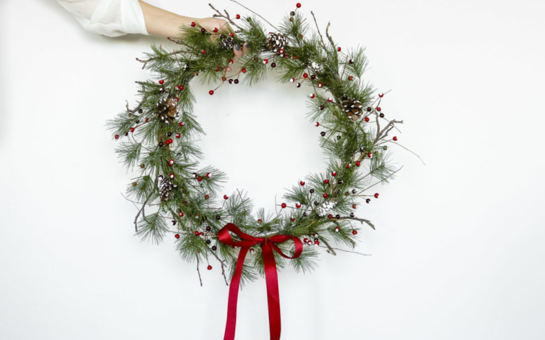 Christmas Wreath Ideas - Gorgeous Classic Christmas Wreath by Lily Ardor