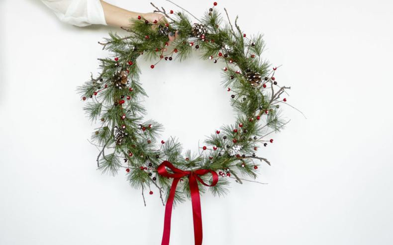 Christmas Wreath Ideas - Gorgeous Classic Christmas Wreath by Lily Ardor