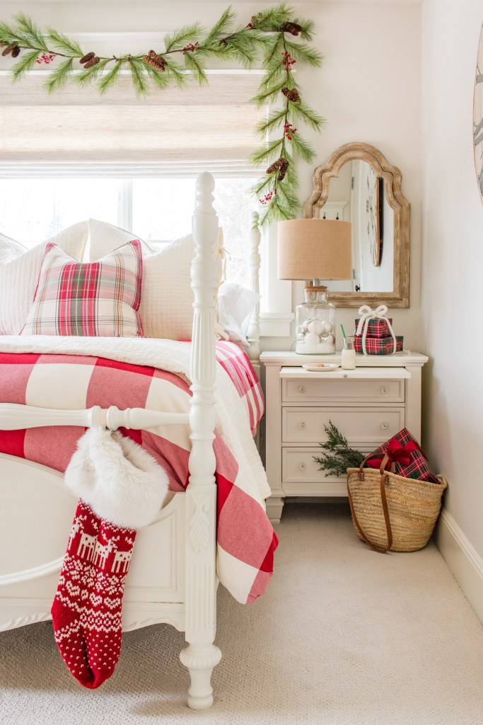 Christmas Bedroom Decor Ideas - Classic Christmas Bedroom by Saw Nail & Paint